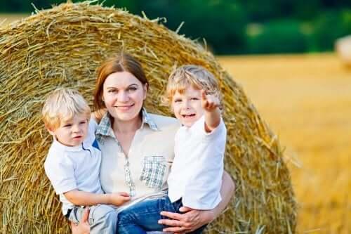 madre che abbraccia i figli in campagna
