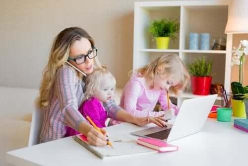 madre single stressata che accudisce le figlie