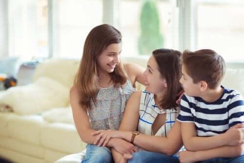 mamma e figli che parlano seduti sul divano