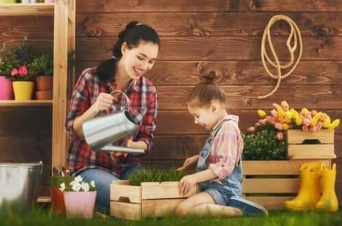 Mamma e figlia concimano con i libri di giardinaggio per bambini.