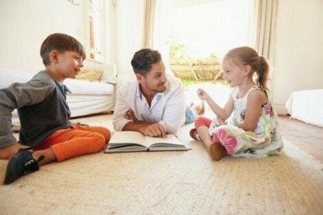padre che legge un libro e parla coi figli