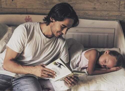 Papà che legge alla figlia