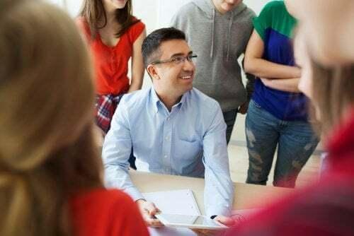 Professore circondato dagli alunni
