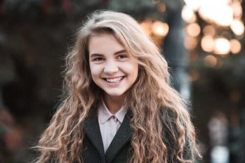 Ragazza adolescente che sorride.