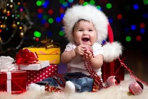 Bambino piccolo con regali di Natale.