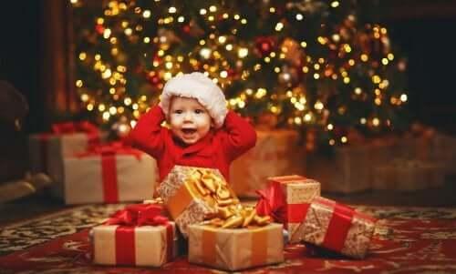 Bambino con i regali di Natale.