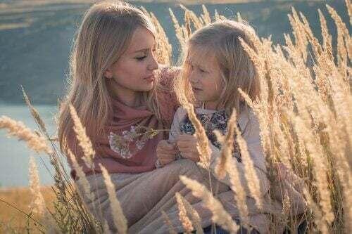 Rispettare i bambini. Mamma con figlia nella natura.