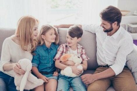 genitori e figli che parlano seduti sul divano