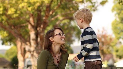 Madre e figlio che parlano nel parco.