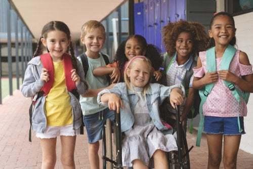 Alunni a scuola tra cui c'è bimba disabile