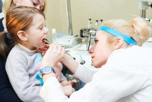 Bambina con adenoidi dal dottore