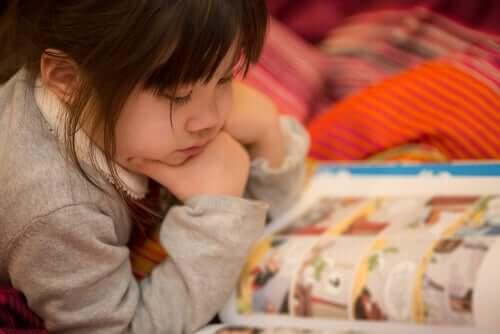 Bambina con fumetto.