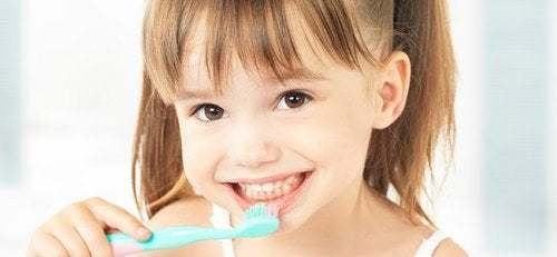 Bambina che si spazzola i denti.
