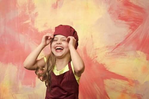 Bambina che mette il cappello da cuoca.