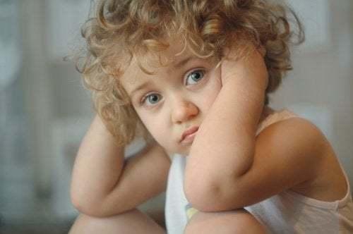 Bambina bionda triste