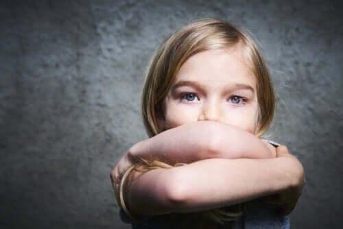 Tristezza e sconforto sono tra le caratteristiche generalmente presentate dai bambini che soffrono di bassa autostima.
