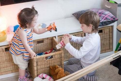 Bambini che giocano in cameretta.
