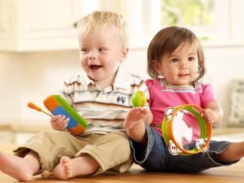 fratello e sorella che giocano con giocattoli