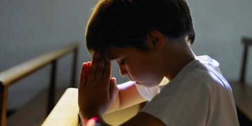 bambino che prega