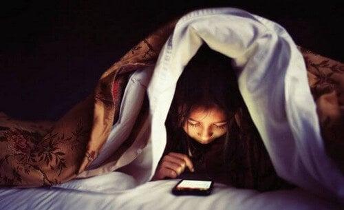 Bambino con cellulare