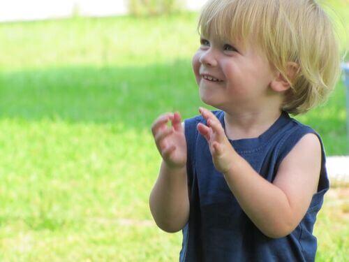Bambino felice con maglietta blu.