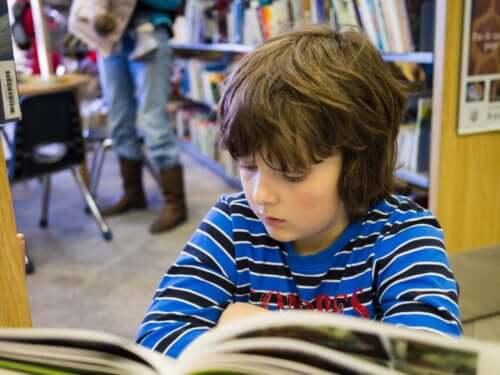 Bambino legge un fumetto.