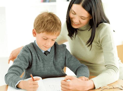 Bambino fa i compiti per casa con la mamma