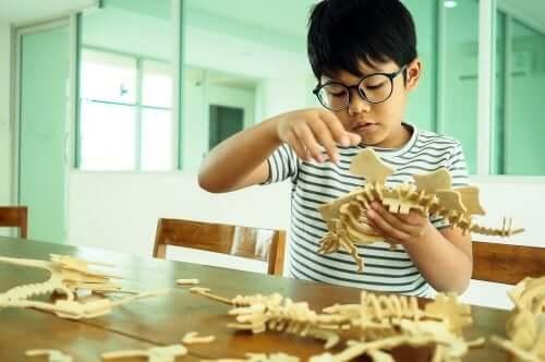Le differenze individuali sono importanti: bambino che costruisce dei dinosauri.