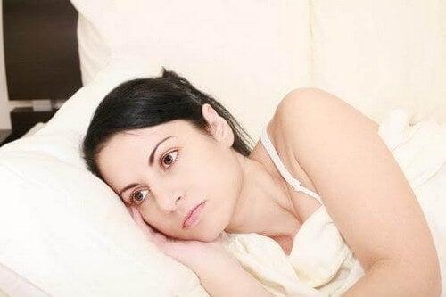 Donna pensierosa a letto