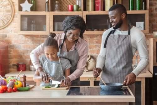 Come educare i figli con l'esempio, famiglia che cucina
