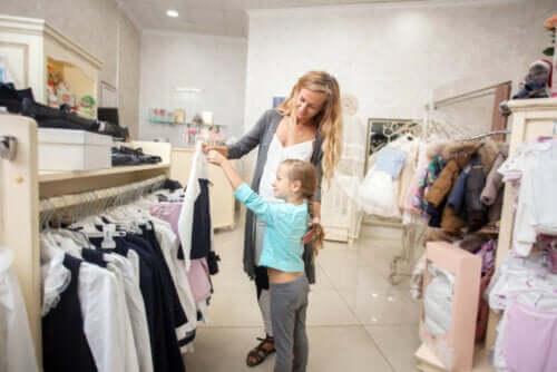 L'importanza dell'apprendimento informale. Madre e figlia scelgono un abito insieme.