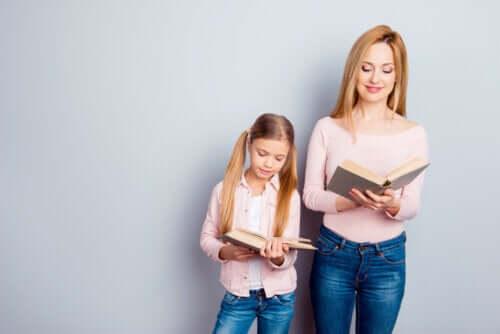 Madre e figlia leggono un libro