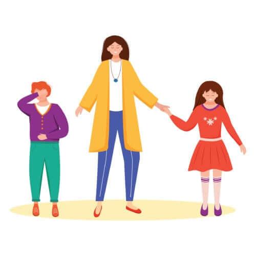 Mamma che aiuta i figli a chiarirsi