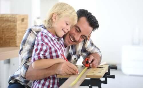 Padre e figlio fanno bricolage insieme.