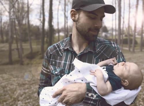 padre che culla il neonato