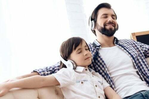 Papà e figlia che ascoltano musica