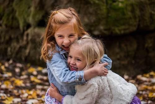bambine che ridono e si abbracciano
