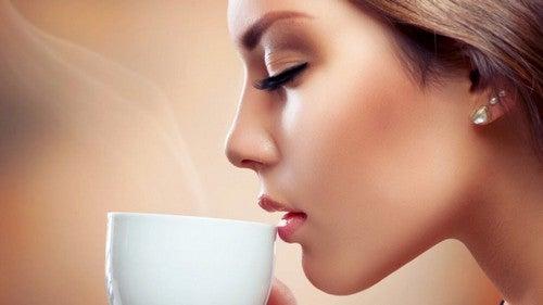 Prendere un caffè da sola