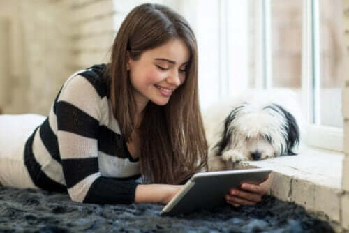 Letteratura per ragazzi, ragazza adolescente con tablet e cane.