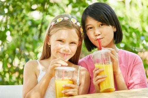 Bambine bevono succo di frutta