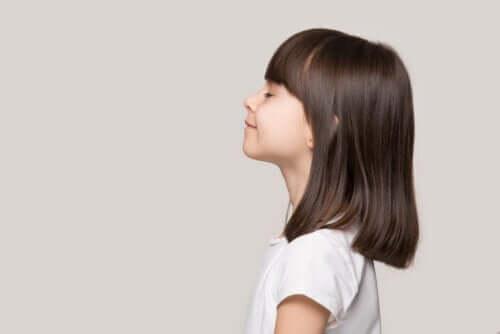 Bambina tranquilla con gli occhi chiusi e la calma come valore educativo
