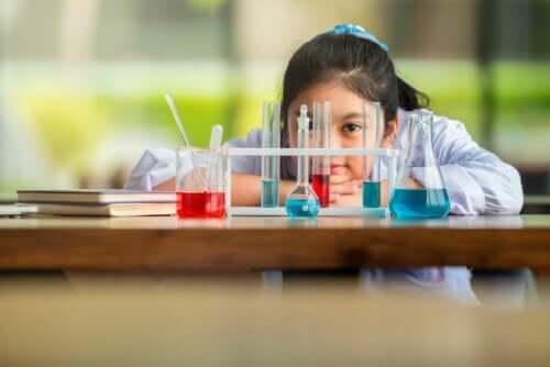 Accademia dell'Intelligenza, bambina e laboratorio di chimica.