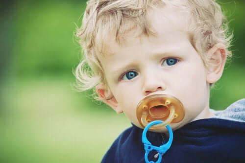 Bambino con il ciuccio