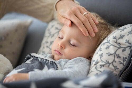 Che succede se mio figlio presenta tosse o febbre durante l'isolamento?