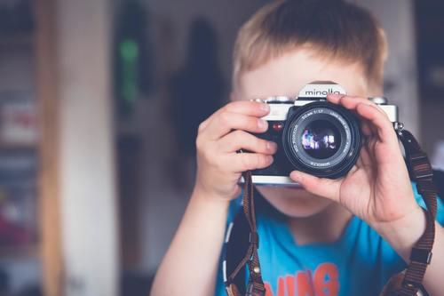 Bambino che ama la fotografia