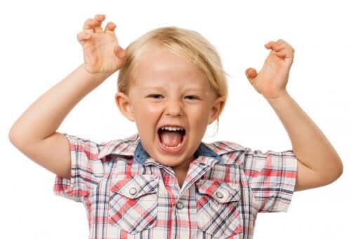 Bambino iperattivo che grida