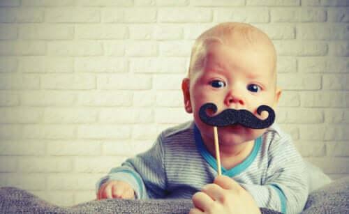 Bambino lattante con baffi finti