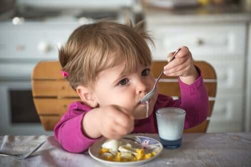 Una bimba e lo yogurt