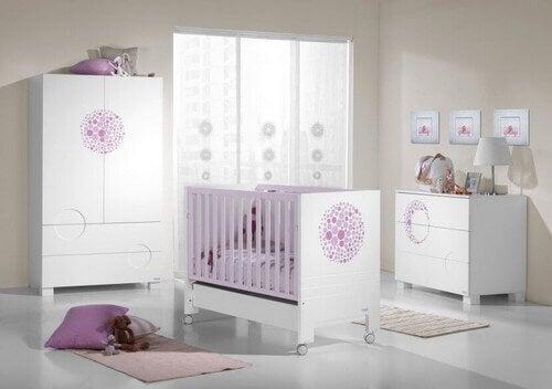 Cameretta del neonato rosa