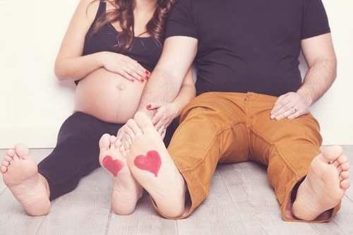 Coppia con donna in gravidanza